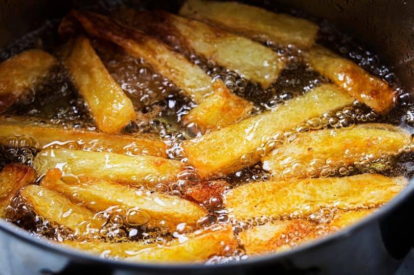 Frigge le patatine con olio lubrificante anzichè da cucina: