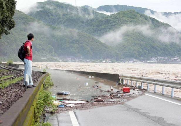 Giappone messo in ginocchio da maltempo e inondazioni, 14 pe