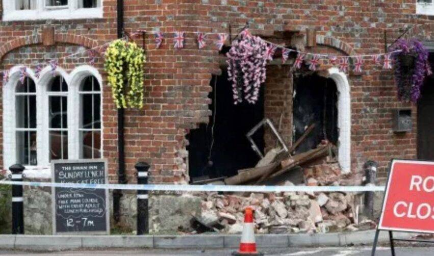 pub distrutto da un veicolo