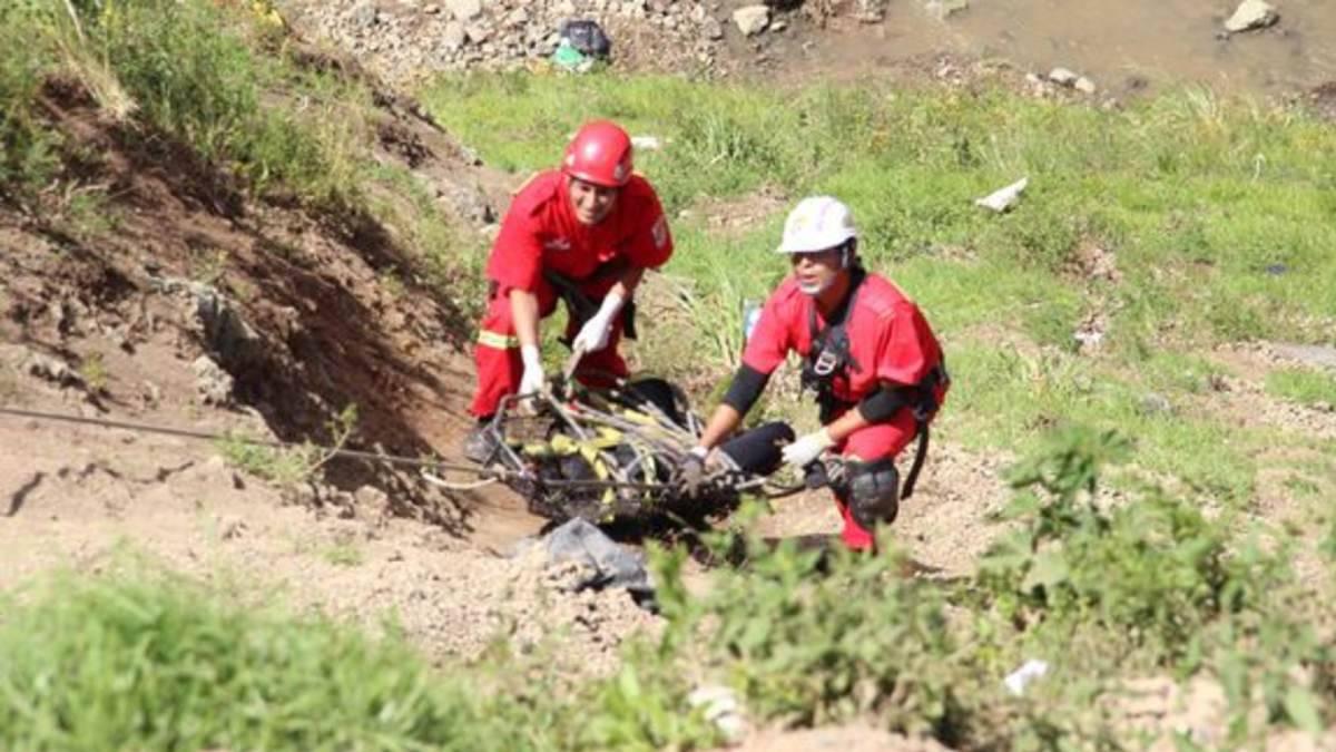 Operazioni di recupero del minivan in Perù