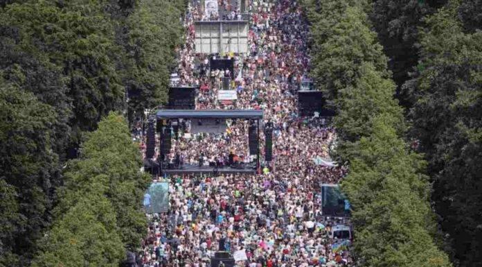 Berlino, negazionisti manifestano in piazza
