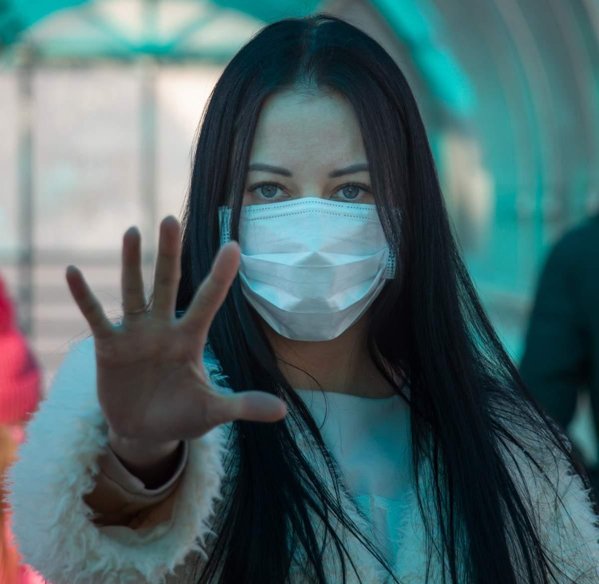 Burioni sulle mascherine: sono un fastidio minimo e possono evitare una seconda ondata