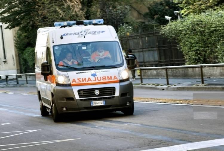 ambulanza soccorre ciclista travolto