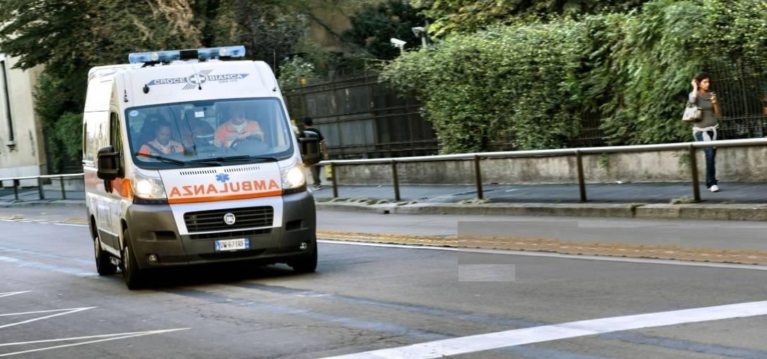 Ciclista 35enne travolto da un auto in corsa lungo la via Emilia: morto sul colpo, inutili i soccorsi