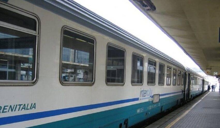 capotreno nota bimbo su un treno