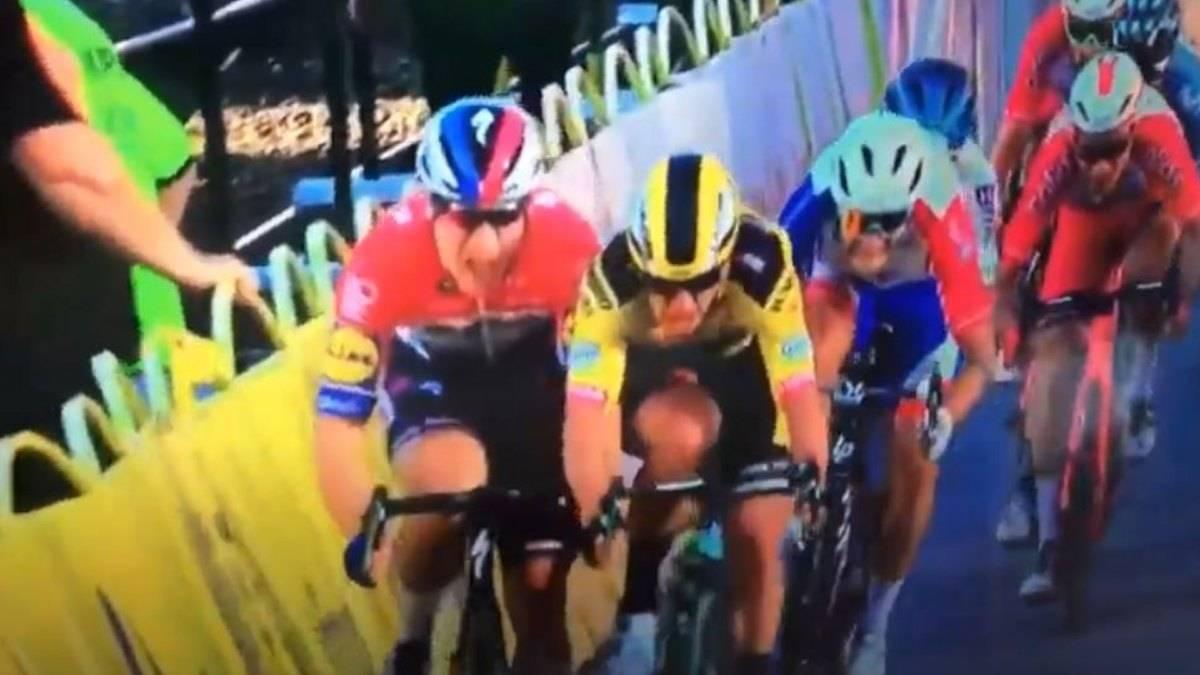 Terribile incidente all'arrivo della prima tappa del Giro di Polonia: un corridore in coma farmacologico – VIDEO