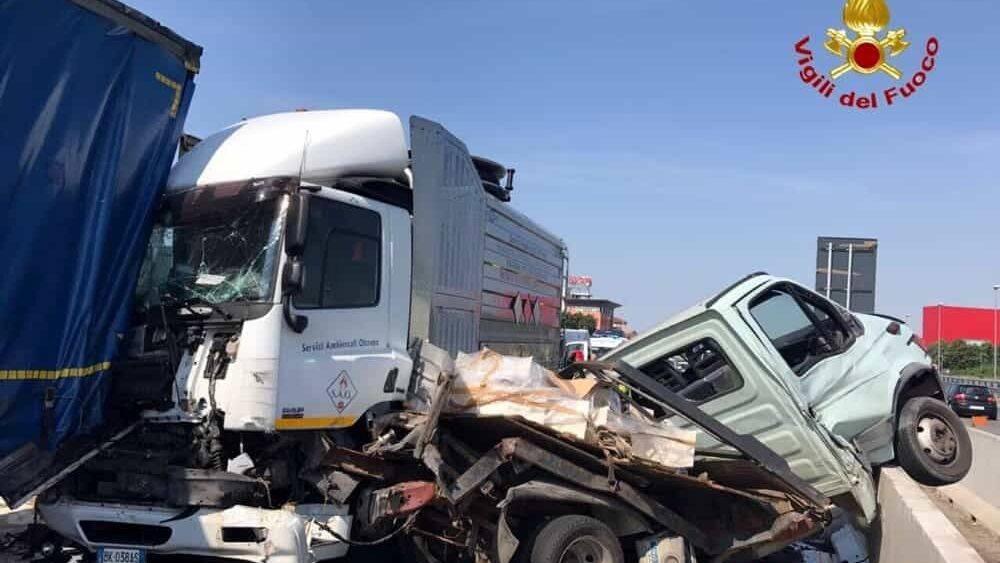 Scontro violentissimo sulla A4 tra un furgone ed un mezzo pesante: un morto ed un ferito