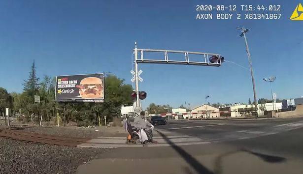 Treno sta per travolgere uomo su sedia a rotelle: l'eroico intervento di una poliziotta – VIDEO