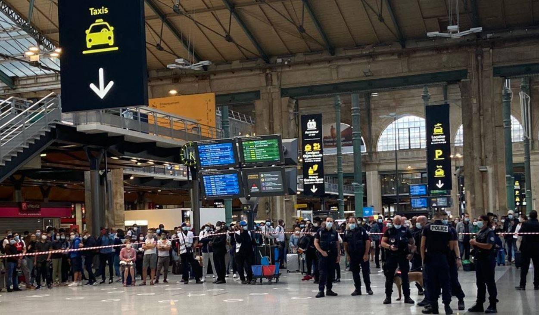 uomo armato in fuga a parigi