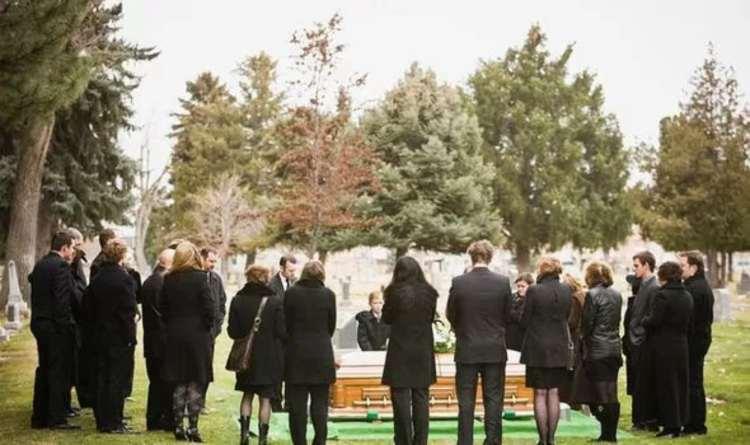 funerale coronavirus assembramento