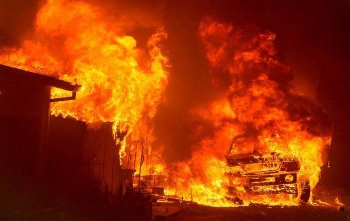 Stati Uniti flagellati dagli incendi: la nube di fumo ricopre l'oceano Pacifico