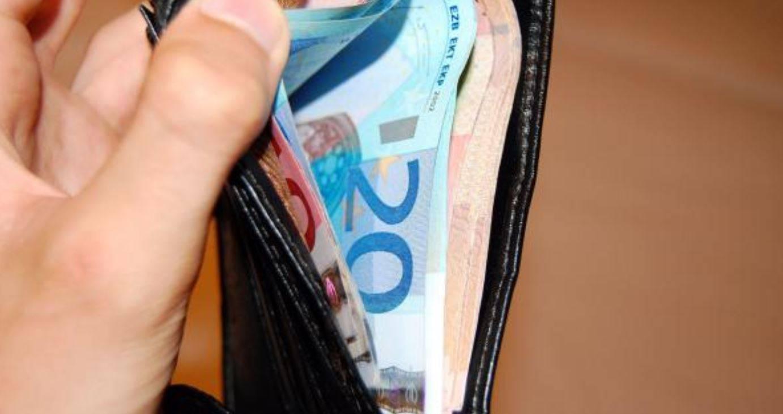 Disoccupata trova un portafoglio con oltre 1.800 euro in contanti: lo porta ai carabinieri