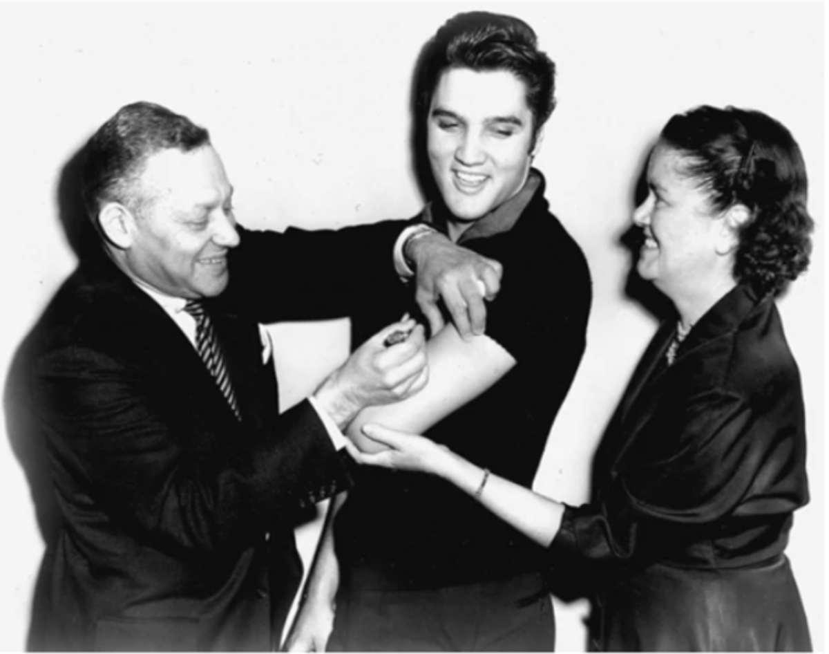 Conte e la telefonata ai Ferragnez: anche Elvis nel 1956 si vaccinò in diretta per convincere gli americani