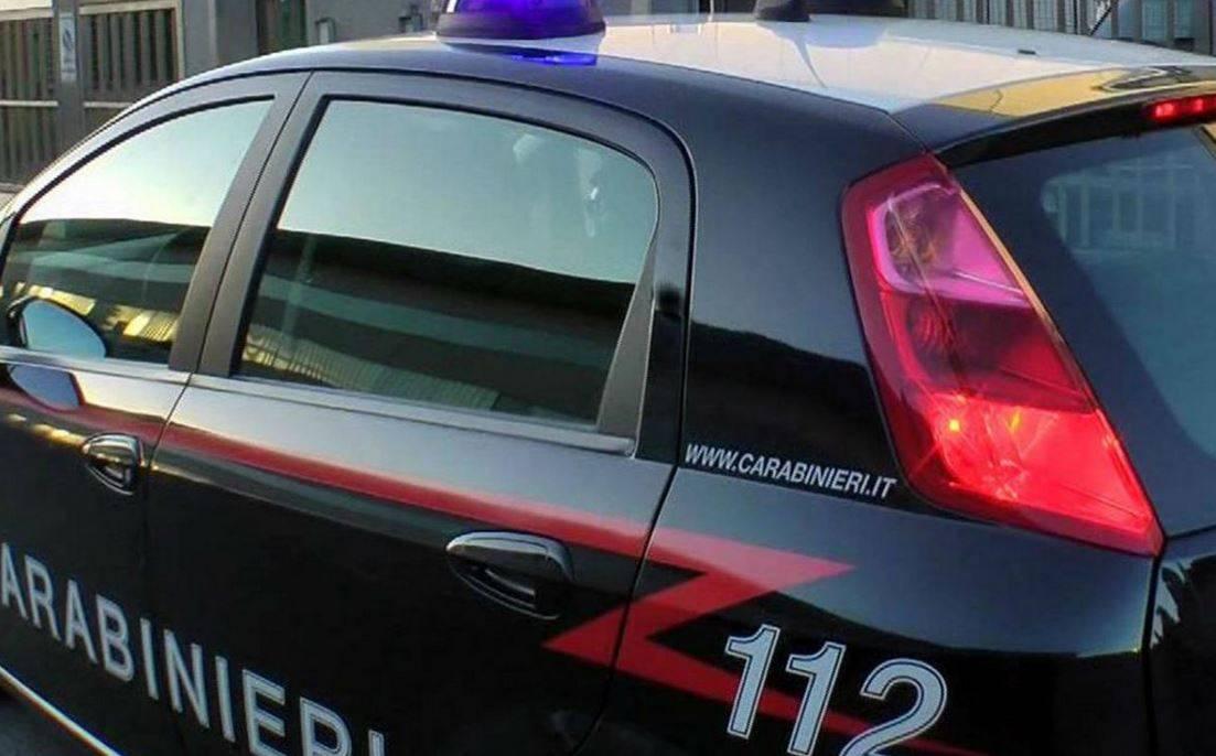 Covid, chiama il 112 per una festa in casa del vicino: i Carabinieri trovano otto persone