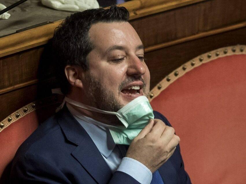 Salvini al Senato con la mascherina
