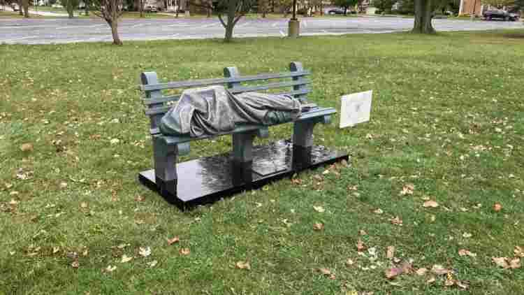 senzatetto chiesa statua