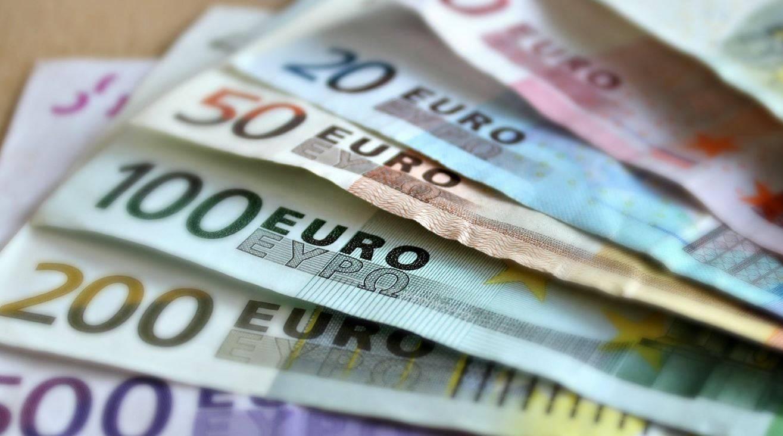 trova denaro contante in un comodino