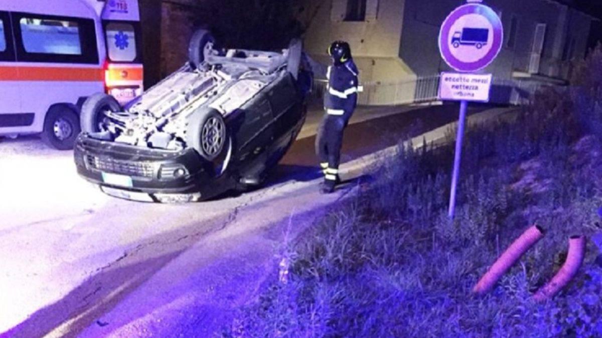 Auto si ribalta con quattro giovani a bordo: muore un 15enne, positivo ad alcol e droghe il conducente