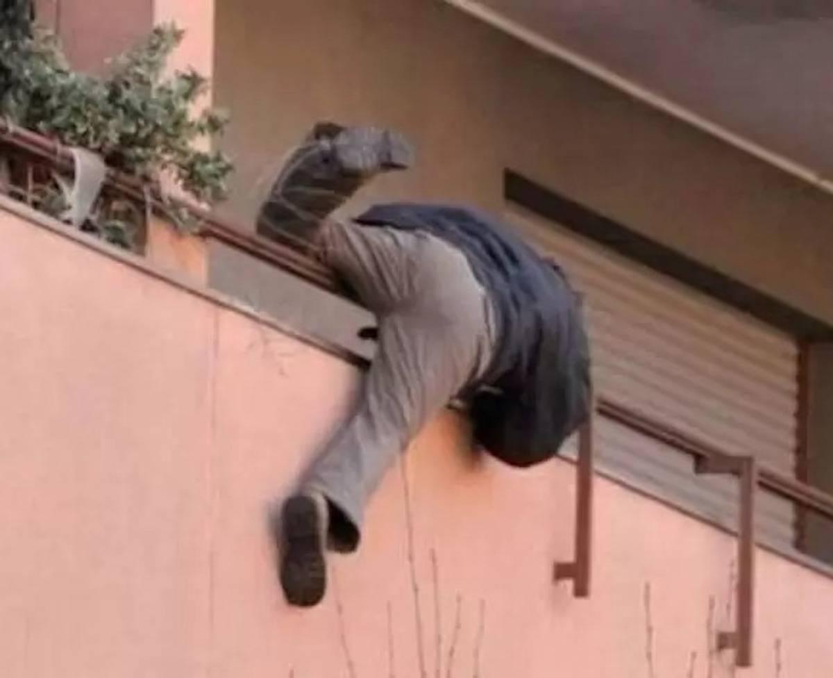 Salerno-Amante si lancia dal balcone