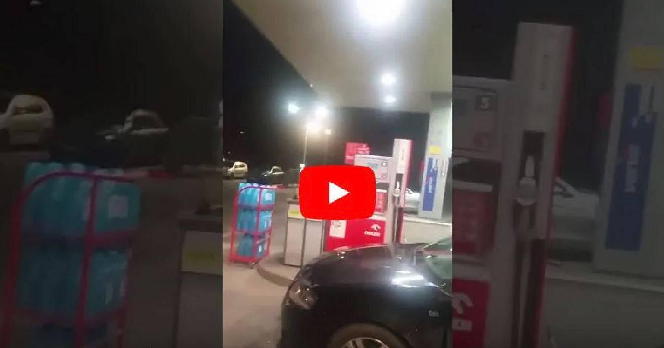 Donna fuori controllo si lancia con l'auto contro una stazione di servizio: il video