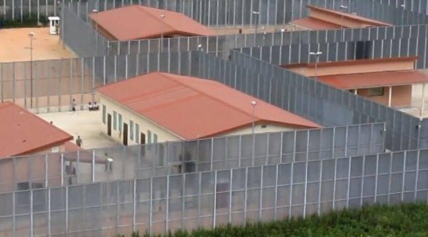 migrante si suicida