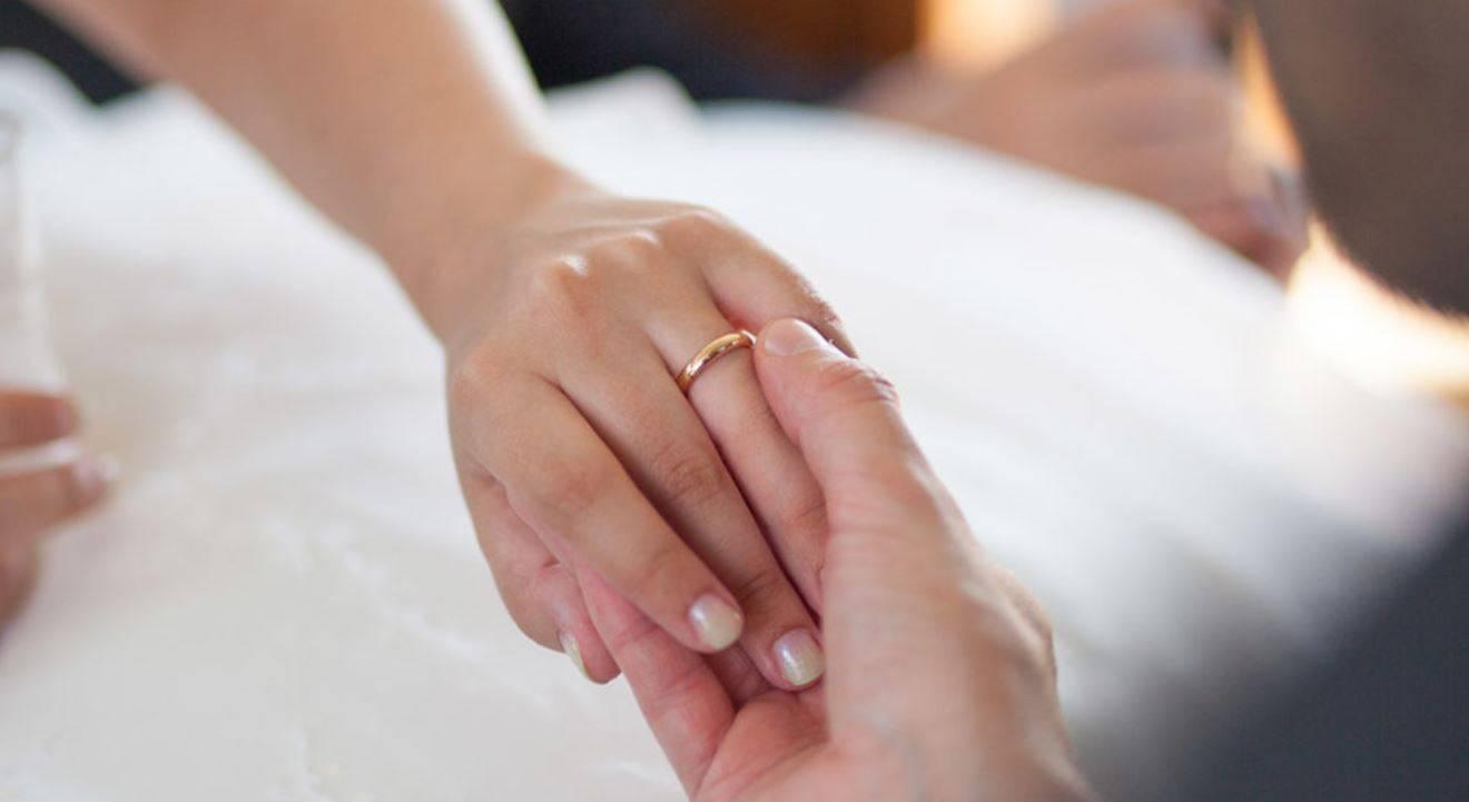 Ha una doppia vita e muore in un grave incidente: l'assicurazione risarcisce moglie e amante