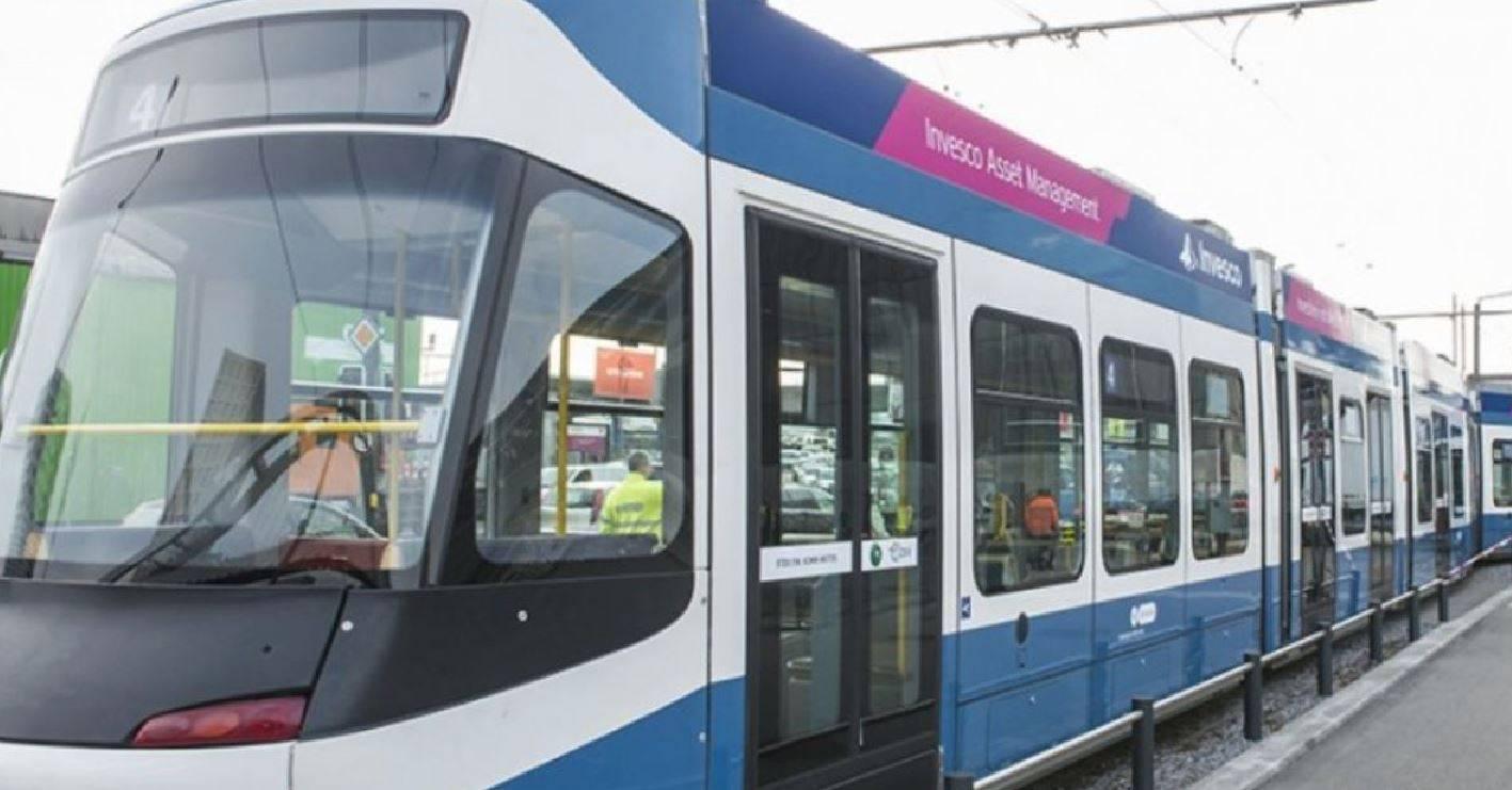 Colpito da un infarto fatale sul tram: nessuno se ne accorge e il cadavere viaggia per 6 ore