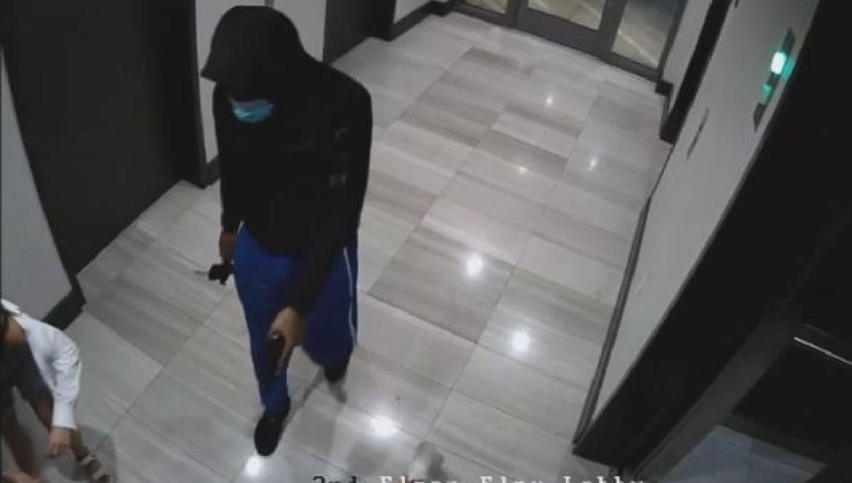 L'orrore di una rapina sotto casa ripreso in un video: ladro armato prende a calci una coppia