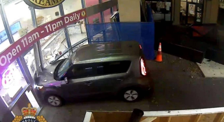 Tossicodipendente in auto si lancia più volte contro le vetrate di una gelateria: la polizia diffonde lo spaventoso video
