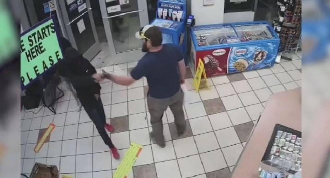 Rapinatori entrano in un negozio: veterano dei Marines ne disarma e immobilizza uno in pochi istanti